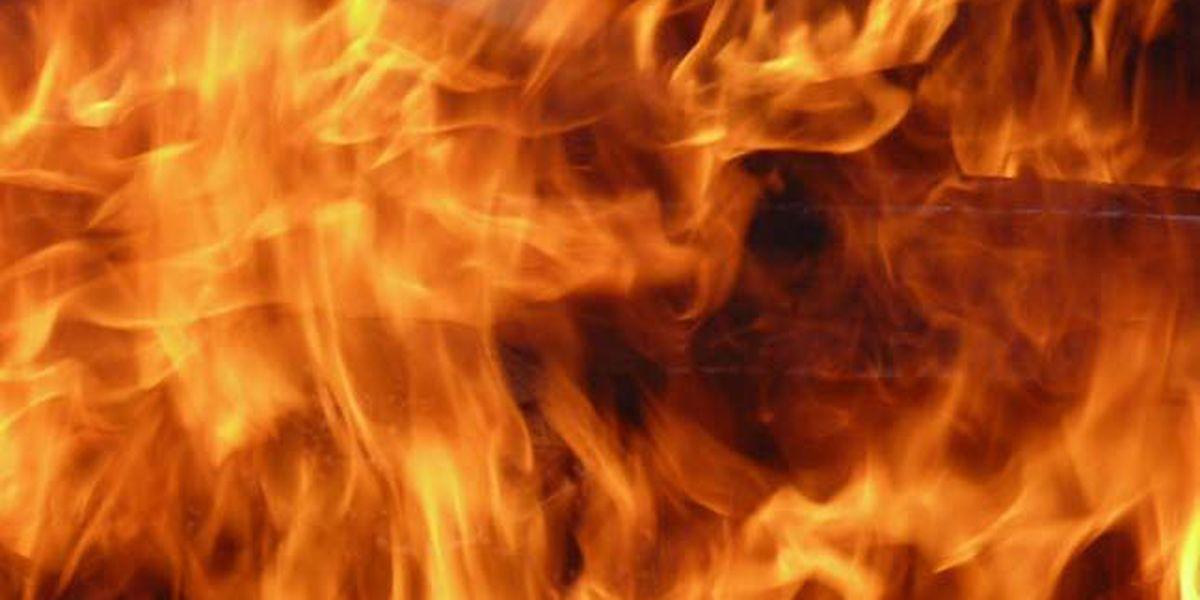 Varios equipos respondiendo a un incendio estructural en Condado Smith