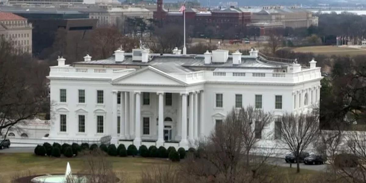 Mujer choco vehiculo con una barra de seguridad de Casa Blanca