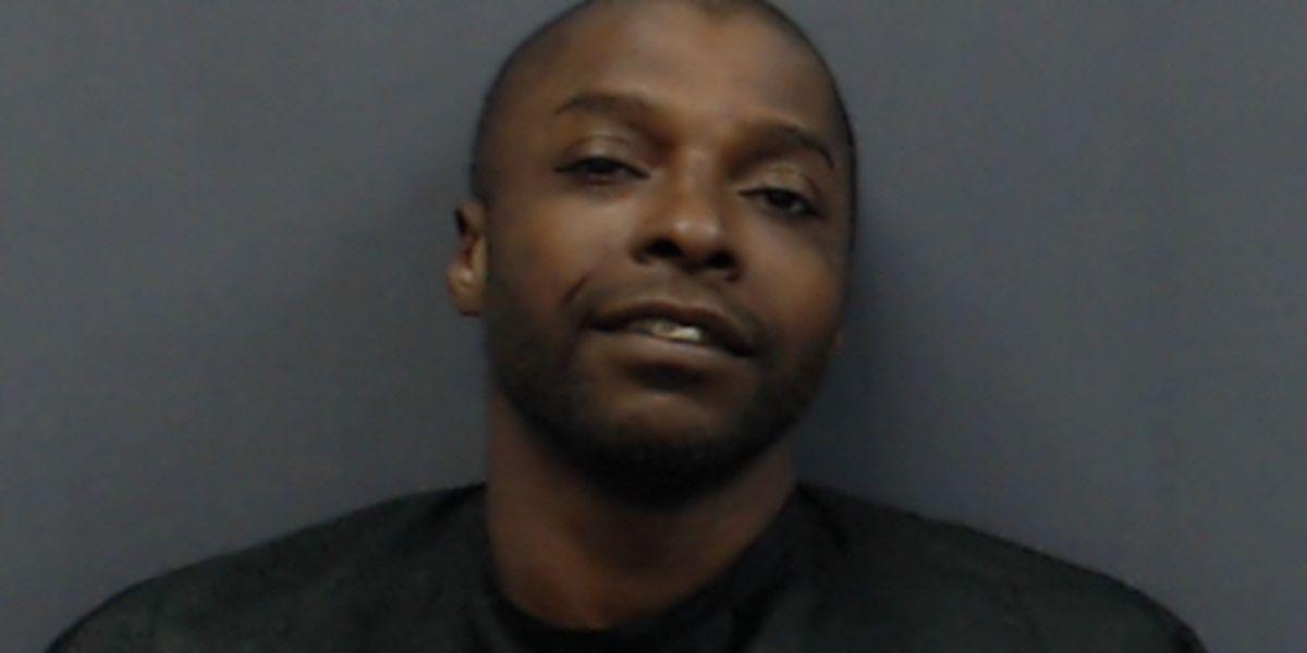 Policía arresta tras de confrontación hombre acusado de asesinar mujer