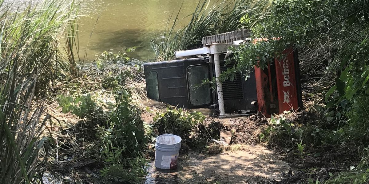 Remolque que transporta maquinaria Bobcat sale de la carretera y cae en un lago cerca de Gladewater