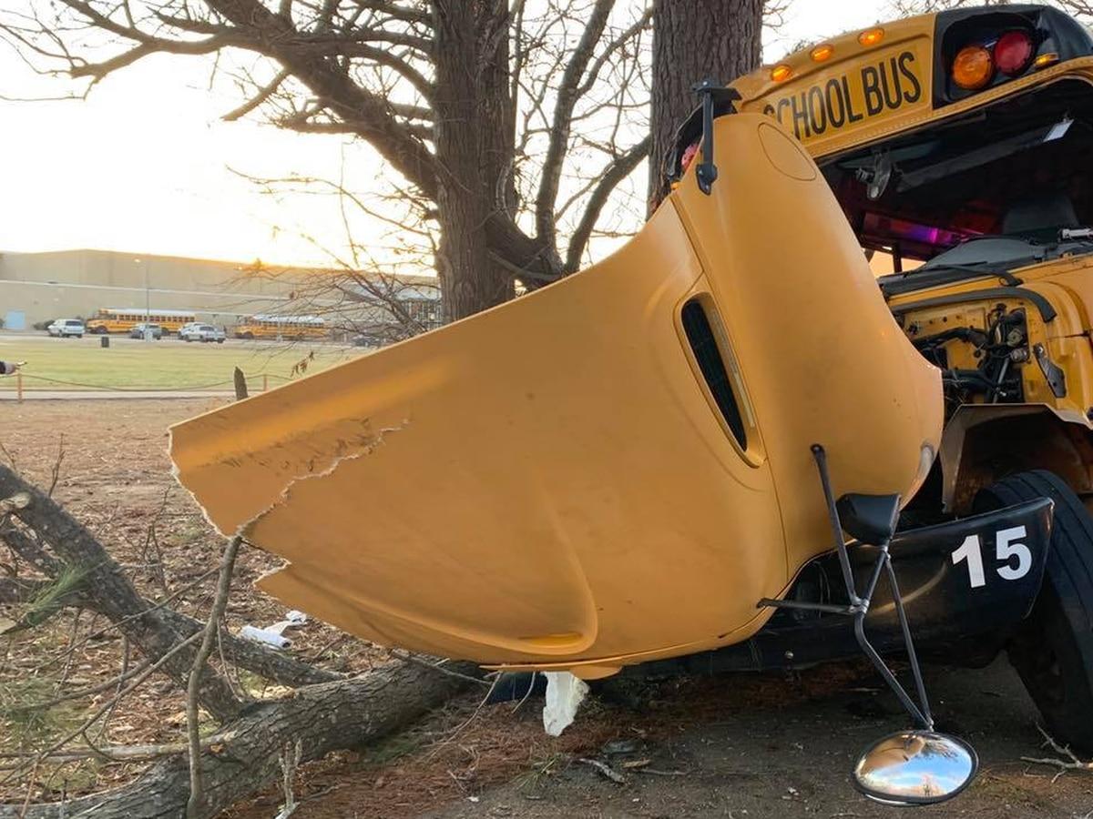 El autobús de Gladewater ISD se estrella contra un árbol; lesiones menores reportadas