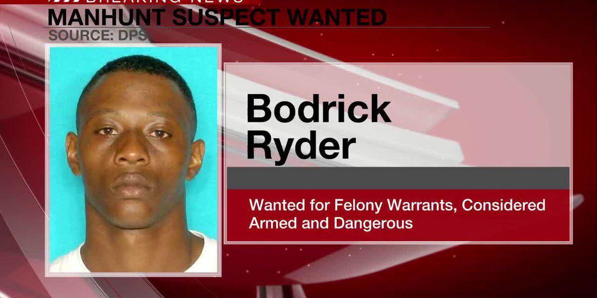 Un hombre que huye los oficiales DPS puede estar armado, ser peligroso; posiblemente se dirigió a Tyler